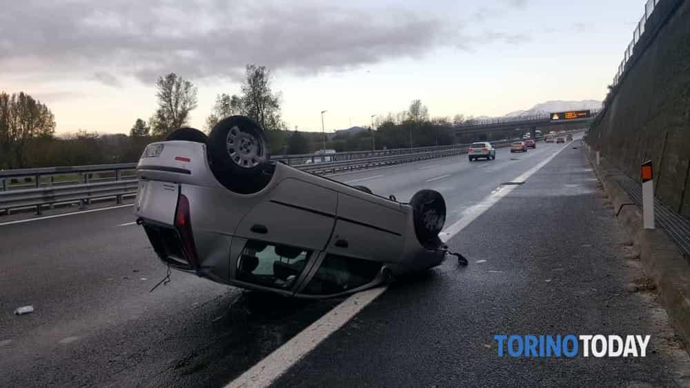 Auto sbanda e si ribalta in tangenziale: conducente trasportato in ospedale - TorinoToday