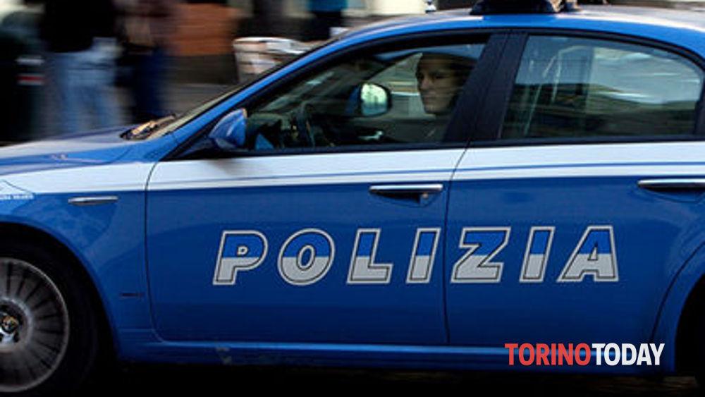 Torino, scoperto mentre ruba nel negozio, scappa per poi fermarsi e festeggiare il bottino con una bottiglia