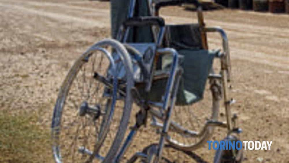 Sedie A Rotelle Torino : San giorgio canavese via cavour auto travolge sedia a rotelle