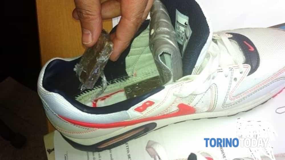 new style 5e2a1 f176a La droga nascosta nel sottotacco rimovibile delle scarpe ...