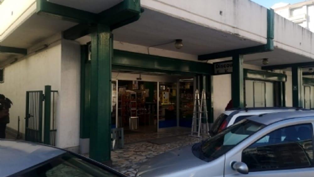 Spaccata al supermercato, sfondate le vetrine: ladri fuggiti con una lavatrice - TorinoToday