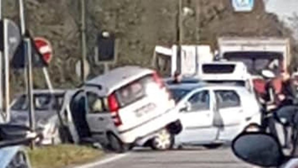 Frontale tra due auto per una svolta non consentita: conducente in ospedale e lunghe code - TorinoToday